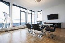 Интерьер офиса, стол и стулья в зале — стоковое фото