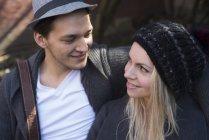 Primo piano delle coppie che esaminano a vicenda — Foto stock