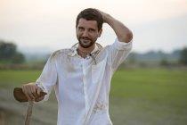 Porträt eines lächelnden jungen Mannes auf dem Land — Stockfoto