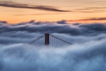 Puente Golden Gate en niebla al atardecer, San Francisco, Estados Unidos - foto de stock