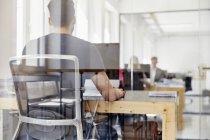 Caucasico persone che lavorano in ufficio moderno — Foto stock
