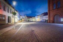 Рыночная площадь в историческом Старом городе на ночь, Германия, Бранденбург, Перлеберг — стоковое фото