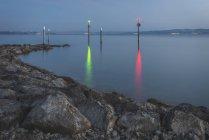Suisse, Thurgovie, Altnau, entrée du port, marques de navigation le matin — Photo de stock