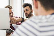 Jeunes professionnels discutant au bureau — Photo de stock