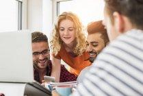 Jeunes professionnels confiants avec téléphone portable au bureau — Photo de stock