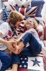 Due piccoli fratelli che giocano insieme a casa — Foto stock