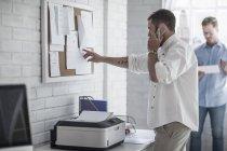Вид сбоку на человека в городском офисе, разговаривающего по телефону — стоковое фото