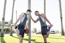 Два баскетболістів розтягування на відкритому повітрі — стокове фото