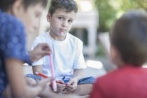 Сумно маленький хлопчик зі своїми друзями в домашніх умовах — стокове фото