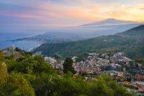 Italie, Sicile, Taormine avec le mont Etna au coucher du soleil — Photo de stock