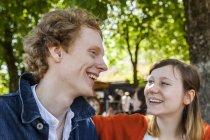 Portrait de jeune couple en plein air en riant — Photo de stock