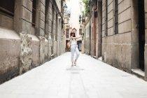 Молодой турист, открывающий улицы Барселоны, делающий селфи — стоковое фото