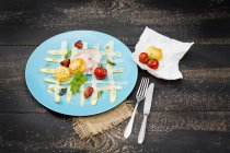Carpaccio di asparagi bianchi con aglio orsino — Foto stock