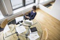 Geschäftsfrau mit digitalen Tablet und Laptop im Bürotisch — Stockfoto