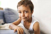 Ritratto di bambino sorridente che indossa il giubbotto — Foto stock