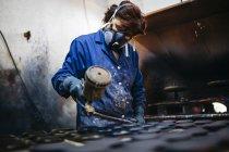 Trabalhadora do sexo feminino pintura cerâmica com pistola — Fotografia de Stock