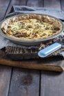 Teglia di torta di asparagi verdi con formaggio feta — Foto stock