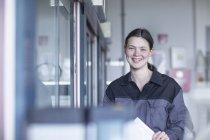 Портрет усміхнений молоду жінку в лабораторії — стокове фото