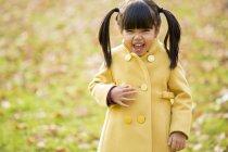 Fille vietnamienne en riant à l'extérieur dans la journée — Photo de stock