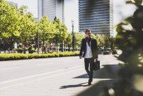 Молодий чоловік на ходу в місті — стокове фото
