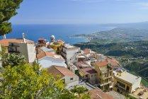 Pueblo de montaña Castelmola con Giardini Naxos en el fondo, Sicilia, Italia — Stock Photo