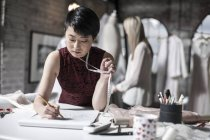 Vestido de noiva designer trabalhando na loja nupcial — Fotografia de Stock