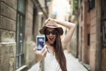 Молодий туристичних виявлення вулицях Барселони, беручи selfie — стокове фото