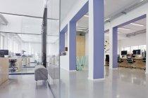 Innenraum eines hellen modernen Büros — Stockfoto