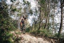 Горный велосипедист в движении — стоковое фото
