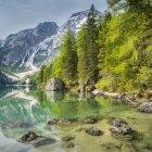 Lac Prags avec Seekofel, Dolomites, Italie, parc naturel Fanes-Sennes-Prags, Tyrol du Sud — Photo de stock