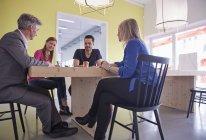 Uomini d'affari che hanno una riunione in sala riunioni — Foto stock