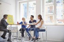Деловые люди, имеющие встречу в зале заседаний — стоковое фото
