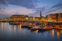 Harbour with Sankt Michaelis Church in the background, evening mood, Hamburg, Germany — Stock Photo
