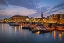 Porto con la chiesa di Sankt Michaelis sullo sfondo, atmosfera serale, Amburgo, Germania — Foto stock
