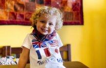 Портрет щасливі маленький хлопчик в домашніх умовах — стокове фото