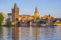 Chéquia, Praga, Rio de Vltava, cidade velha, com Charles ponte com torre de ponte, torre de água do velho moinho em segundo plano — Fotografia de Stock