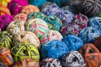 Mucchio di sfere multicolore di lana — Foto stock
