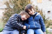 Ritratto di due ragazzini all'aperto in abito invernale — Foto stock