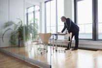 Homme d'affaires prospère travaillant dans la salle de conseil — Photo de stock