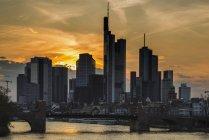 Germania, Assia, Francoforte sul meno, quartiere finanziario, al tramonto, Torre 185, Commerzbank, Helaba e ponte vecchio — Foto stock