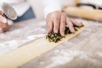 Шеф-повар, поставив равиоли, начинки на тесто — стоковое фото
