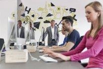 Reifer kaukasischer Geschäftsmann beobachtet Mitarbeiter — Stockfoto