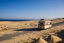 Cádiz, Andalucía, Tarifa, Punta Paloma, Vieja caravana por carretera - foto de stock