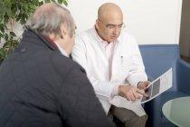 Medico ne le prove mediche con il paziente — Foto stock