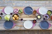 Закладений дерев'яний стіл з окуляри і плити — стокове фото