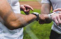 Макро двох спортсменів з smartwatches на відкритому повітрі — стокове фото