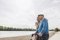 Último homem e sua filha em pé em riverside — Fotografia de Stock