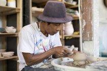 Людина в майстерні працює над Кераміка — стокове фото