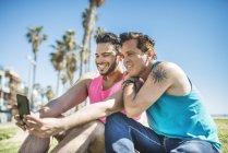 Prise de couple gay selfie avec smartphone — Photo de stock