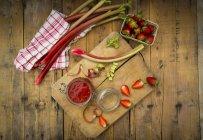 Mermelada de ruibarbo fresas casero - foto de stock